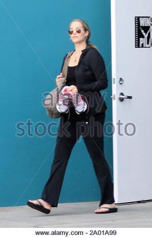 West Hollywood, CA - Teil 2 - Schwangere Elizabeth Berkley hatte eine gute Arbeit, die bei Winsor Pilates, Wechsel von ihre Sneakers in ihren Flip Flops, bevor Sie in Ihr Auto. AKM-GSI 19 April, 2012 - Stockfoto