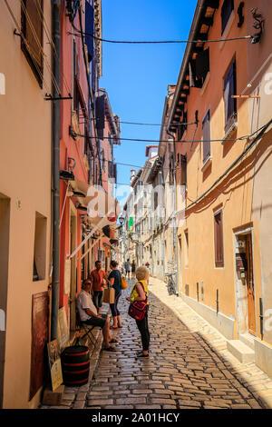 Rovinj, Istrien, Kroatien - Personen in der Altstadt gassen der Hafenstadt Rovinj. Rovinj, Istrien, Kroatien - Menschen in den Altstadtgassen der Hafe - Stockfoto