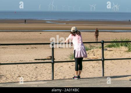 Landschaft von Crosby Strand, Merseyside. Wetter in Großbritannien. September 2019. UK Wetter; strahlend sonnig Starten Sie in Crosby in den Tag, während die Menschen den Blick über die Mersey Mündung auf der Mariners Way Strandpromenade genießen. - Stockfoto