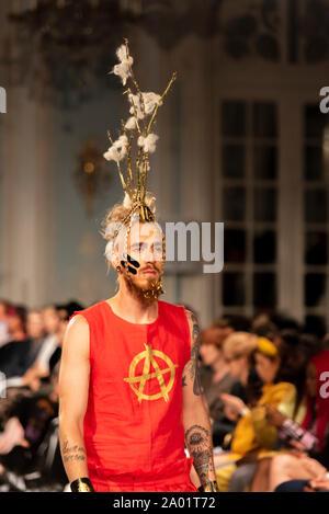 Vin und Omi London Fashion Week SS 20 zeigen. Umweltfreundliche Kleidung aus Müll und Unkraut von Highgrove House Estate konzipiert. Fechter James Honeybone - Stockfoto