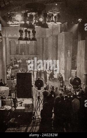 Die neueste Technik und Technologie aus den 1930er Jahren: ein typisch 30s Film Studio, Erstellen einer Restaurant Szene durch starke arc-Leuchten. Stockfoto