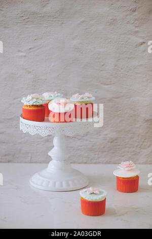 Cupcakes dekoriert mit Fondant. Zum Valentinstag Liebe Cupcake auf Tabelle auf hellen Hintergrund - Stockfoto