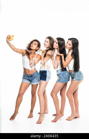Vier Mädchen Freunde unter selfie auf weißem Hintergrund - Stockfoto