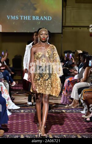 Modelle für Designer VMS die Marke an der New York Art Showcase SS-20 während der New York Fashion Week im Roosevelt Hotel (5389). - Stockfoto
