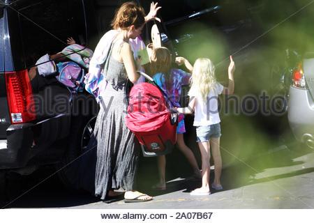 Calabasas, CA - Denise Richards Schritte heraus mit ihr neu angenommene Tochter Eloise Joni und Ihre älteren Töchter Sam und Lola. Das sind die ersten Bilder der glückliche neue Mutter, die ihr Baby im Wagen, während Besorgungen in der Nähe von Ihrem Haus in Calabasas. GSI Medien Juni 30, 2011 - Stockfoto