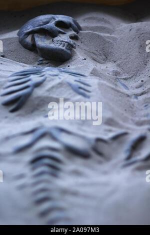 Ausgegraben Skelett Dummy im Sand liegend - Stockfoto