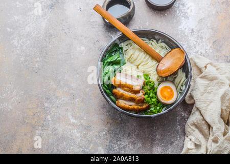 Shio ramen Schüssel mit Schweinefleisch, Pak Choi und Ei, kopieren. - Stockfoto