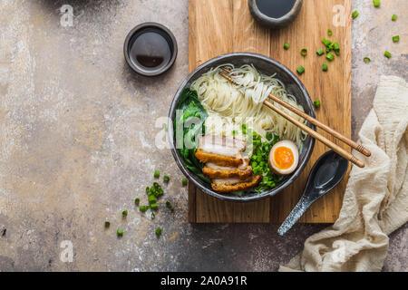 Lecker Ramen Suppe mit Schweinefleisch, Eier- und Bok Choy, kopieren. - Stockfoto