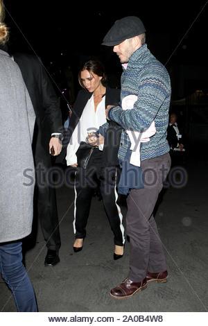 Hollywood, CA - David und Victoria Beckham verbringen die Nacht in der Hollywood Bowl und halten die Hände auf dem Weg zurück zum Auto. David sah gut aus in einem rosa Button Shirt mit Paperboy hat und graue Jeans während Victoria trug eine weiße Bluse und Hose mit Fersen. AKM-GSI am 9. November 2012 - Stockfoto