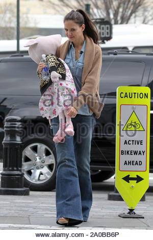 New York, NY-Katie Holmes Schritte mit ihrer Mutter Kathleen und ihre Tochter Suri und Kopf zu Chelsea Piers Gymnastik. Katie, die in einem großen stofftier von Suri's, während Suri mit Oma Hand in Hand ging mit ihrem kleinen sehen - durch tote. AKM-GSI März 23, 2012 - Stockfoto