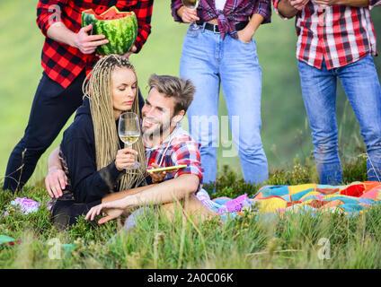 Air Party öffnen. Gruppe Freunde Sommer Picknick. Freunde genießen Sie Urlaub. Die Menschen essen, Alkohol trinken. Jugend Spaß Picknick im Hochland. Sommer Abenteuer. Feiern Urlaub. Wanderung Picknick. - Stockfoto
