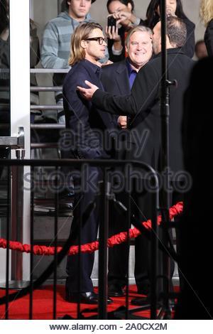 """Hollywood, CA - Angelina Jolie und Brad Pitt ging der rote Teppich getrennt für die Filmpremiere von """"im Land der Blut und Honig"""", geschrieben und von Angelina Regie Donnerstag Nacht in Hollywood. Die mega star Paar trug zusammenpassende Kleidung, Brad in einer atemberaubenden Anzug und Angie eine Lange elegante Royal Blue Dress erschüttert. GSI-Media am 8. Dezember 2011 - Stockfoto"""