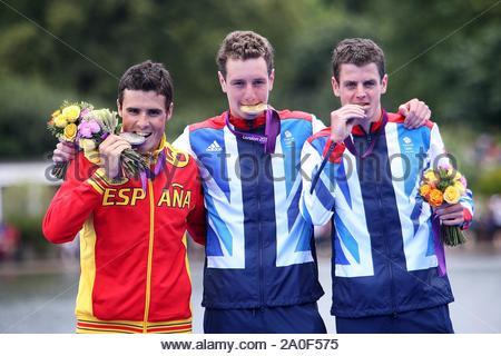 London, Großbritannien - Alistair Brownlee benötigt Gold bei den Herren Triathlon, gefolgt von Javier Gomez Noya und Jonathan Brownlee. Alistair's Win bietet Team Großbritannien mit 19 Gold Medaille für die Olympischen Spiele 2012 in London. AKM-GSI am 7. August 2012 - Stockfoto
