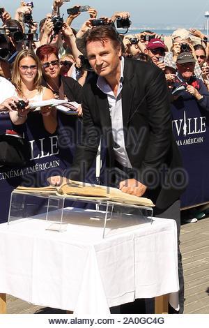 Deauville, Frankreich - Schauspieler Liam Neeson erhält mit einem Strand, den Schrank zu ihm gewidmet an der Promenade des Plances für den Film '2' bei der Deauville American Film Festival in Frankreich ausgezeichnet. AKM-GSI September 7, 2012 - Stockfoto