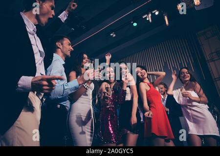 Low Angle Blick auf Schöne charmante grazilen eleganten Heiter froh, meine Damen und Herren, die in förmlichen-wear, Corporate Company Event, live Band con - Stockfoto