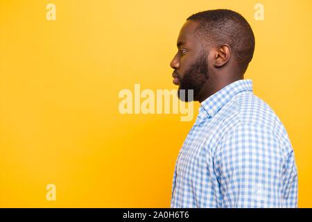 Profil Seitenansicht attraktiv aussehenden Inhalt manly mulato Kerl in casual kariertem Hemd, Kopie leer Leerzeichen, über Helle, lebendige gelb isoliert - Stockfoto