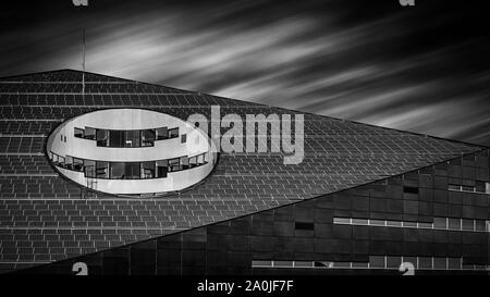 TRONDHEIM, Norwegen - 07 September, 2019: Ein schwarzer und weißer Fine Art Foto der modernen Architektur in der norwegischen Stadt Trondheim gefunden.