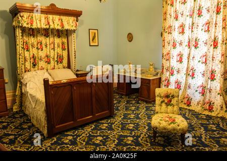Werribee, Victoria, Australien - 19. März 2017. Innenansicht eines Schlafzimmer im Werribee Park Mansion, mit antiken Möbeln. - Stockfoto