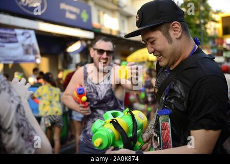 Die Menschen feiern das Songkran Festival - Stockfoto