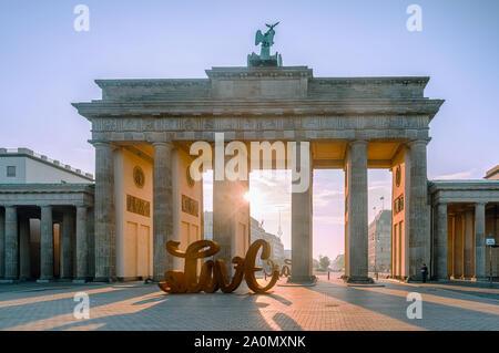 Brandenburger Tor am Morgen in Berlin. - Stockfoto