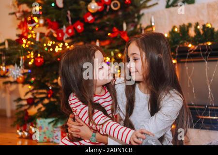 kinder mit ihren weihnachten pr sentiert in merry. Black Bedroom Furniture Sets. Home Design Ideas