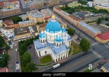 ST. PETERSBURG, Russland - Juli 24, 2019: Luftaufnahme von Trinity Cathedral an einem bewölkten Juli morgen - Stockfoto