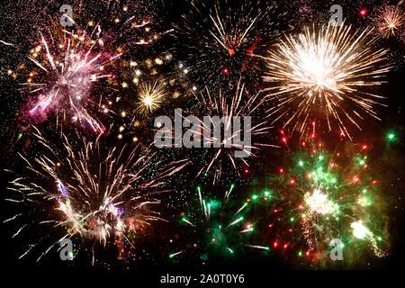 Feuerwerk, viele bunte Grüße blinkt in den Nachthimmel, festliche Banner, Poster, Grußkarten Weihnachten Konzept, Design