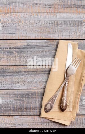 Vintage Besteck - Löffel, Gabeln und Messer auf einem alten Holz- Hintergrund. Selektive konzentrieren. - Stockfoto