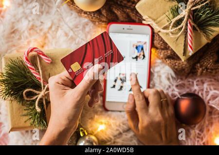 Frau Hände, die Kreditkarte für Online einkaufen oder bestellen. Business, Internet Shopping und Zahlung Konzept. Ansicht von oben, Overhead, flach - Stockfoto