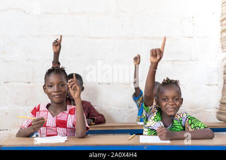 Schöne afrikanische Kinder Lächeln und Lachen in der Schule Drinnen - Stockfoto