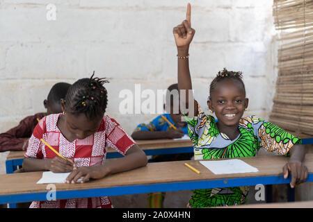 Bildung Symbol afrikanischen schwarzen Mädchen und Jungen in der Schule - Stockfoto