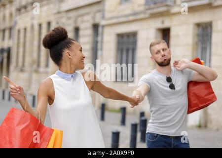 Langweilig mann Einkaufen mit der Freundin - Stockfoto
