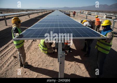 (190922) - CAFAYATE, Sept. 22, 2019 (Xinhua) - Arbeitnehmer installieren Solaranlagen mit einer Photovoltaikanlage in der Stadt Cafayate, Provinz Salta, Argentinien, Sept. 18, 2019. Der Bau einer Photovoltaik-Anlage mit chinesischen Technik und Ausstattung wird bald in der nordwestlichen Provinz Salta, rund 1.400 km von der Hauptstadt Buenos Aires. Die von der Firma POWERCHINA Ltd., das Projekt festgelegt wird bis Ende dieses Jahres abgeschlossen sein, und die Kapazität der Energiebedarf von rund 300.000 Familien zu erfüllen haben. (Xinhua / Martin Zabala) - Stockfoto