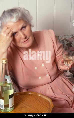 Unglücklich ältere Frau Wein trinken - Stockfoto