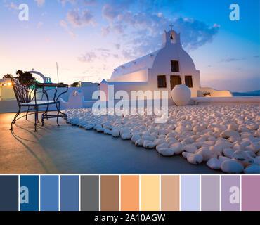 Farblich passende Palette von Foto der weiß getünchten Kapelle im Dorf Oia, Santorini, Griechenland, auf einen Sonnenaufgang - Stockfoto