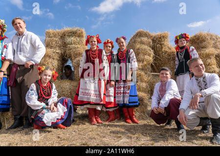 Slavuta, Ukraine - September 22, 2019: Ukrainische Mädchen und Jungen in Trachten nehmen Sie Teil an den Ethno-eco-Festival in der Stadt Kolodar Slavuta, Ukr - Stockfoto