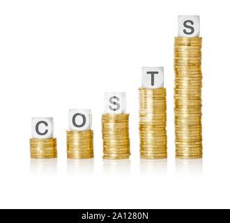 Goldene Münze Stacks mit Buchstaben Würfel - Kosten - Stockfoto