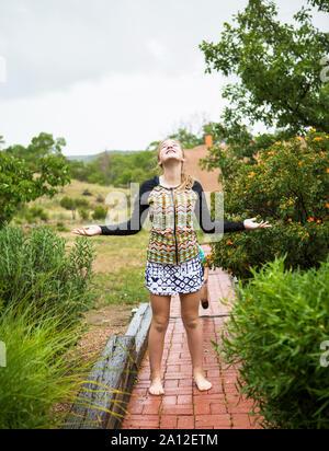 Der 13 Jahre alte Mädchen Tanz im Regen - Stockfoto
