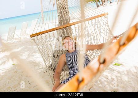 Der 13 Jahre alte Mädchen, Relaxen in der Hängematte am Strand - Stockfoto