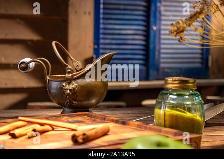 Kupfer vintage Kanne auf einen hölzernen Tisch. - Stockfoto