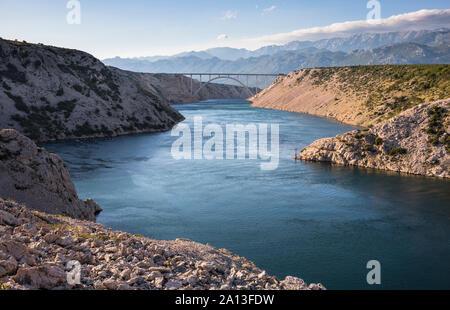 Barbat Kanal und die Brücke der Autobahn A1 in Kroatien, Velebit hinter - Stockfoto