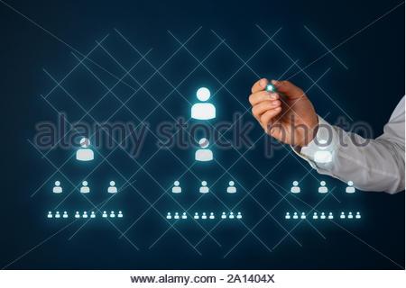 Network Marketing Konzept mit Geschäftsmann Zeichnung Menschen Symbole und Pyramide auf der virtuellen Schnittstelle mit einem glühenden Stylus Stift. - Stockfoto