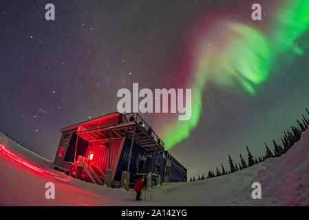Orion und der Aurora Swirl über Churchill Northenr Studies Center, Manitoba, Kanada. - Stockfoto