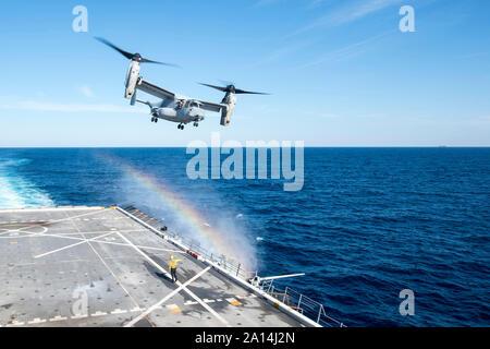 Eine MV-22 B Osprey zieht aus der Flight Deck der USS New York. - Stockfoto