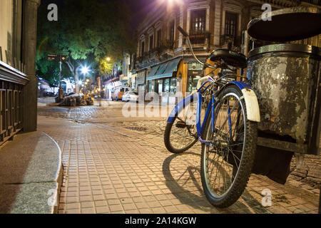 Buenos Aires, Argentinien - 27. November 2013: mit dem Fahrrad in den Straßen von San Telmo, dem ältesten Stadtteil von Buenos Aires Stadt - Stockfoto