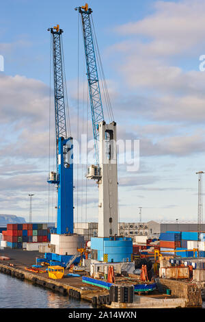 Comercial Hafen mit Kränen und Container in Tórshavn, Färöer Inseln - Stockfoto
