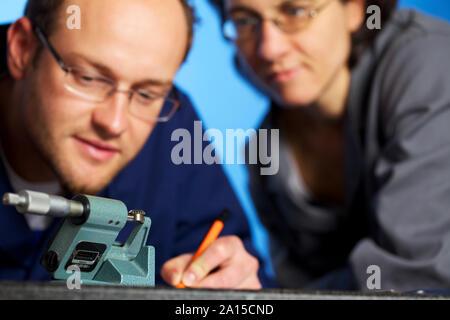 Makro von Ingenieur Aufnahme Messungen mit Assistent - Stockfoto