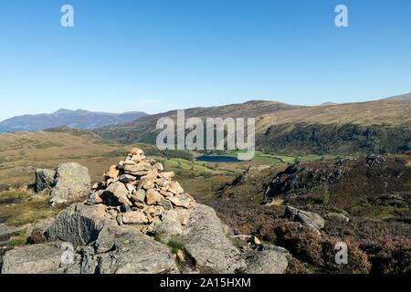 Watendlath Tarn, hoher Sitz- und Skiddaw aus dem Norden oben große Felsspitze, Borrowdale, Cumbria, Großbritannien - Stockfoto