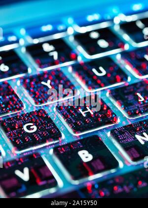 Doppelbelichtung ein Laptop Computer, elektronische Komponenten unter der Tastatur - Stockfoto