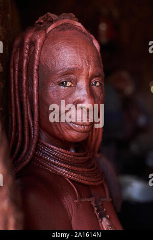 Porträt eines alten Himba traditionelle Frau, Oncocua, Angola - Stockfoto